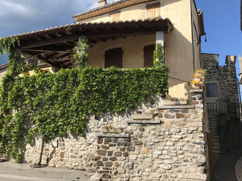 Vente maison de village familiale avec terrasse couverte for Photo maison avec terrasse couverte